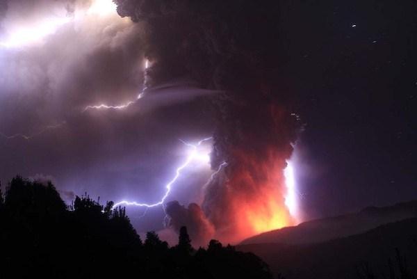 七彩颜色的闪电+火山爆发=2012世界末日?