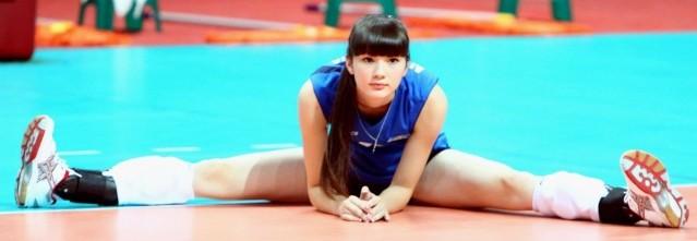 最近各種運動賽事都引起大眾的注意,在之前世足期間我們也講了不少帥哥美女 而亞洲杯青年女子排球賽,也在台北開打了,其中有位選手在台灣網友中一夕爆紅! 沒有認真注意過女子排球的台灣人,都為了哈薩克代表隊裡的這位美少女選手莎賓娜(Altynbekova Sabina),紛紛說著要去球場邊加油打氣,因為她真的太、可、愛了!  出生於1996年11月5日的莎賓娜,身高182公分,體重59公斤 號稱宅神的朱學恆也在自己的粉絲團大讚她的美貌,並說她擁有12頭身的好身材 12頭身是誇張了一點,但是根據小編的不專業計算,9