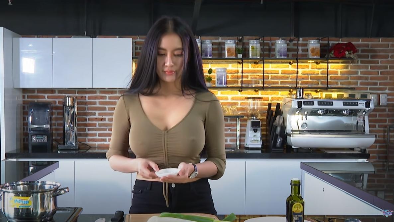 来点越式辣味?巨乳正妹《Pong Kyubi》做料理展现「前凸」好身材![12P]