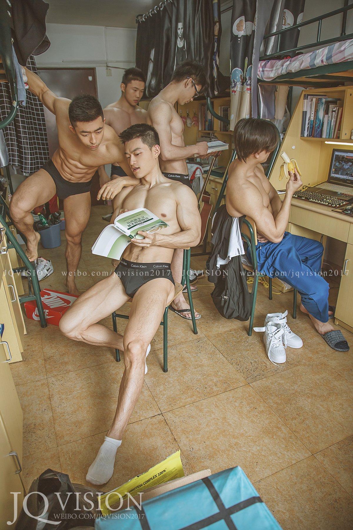 女孩开动喽!摄影师拍摄《男生宿舍写真》极致肉宴让你感受肌情的风味!